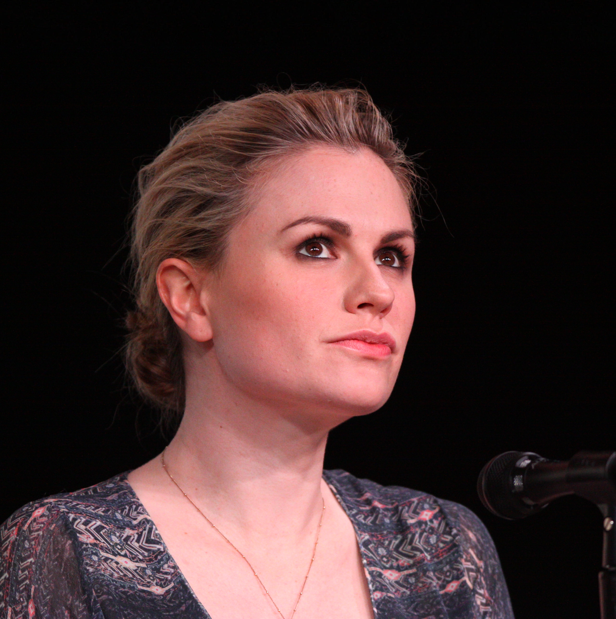 Anna_Paquin_by_Gage_Skidmore