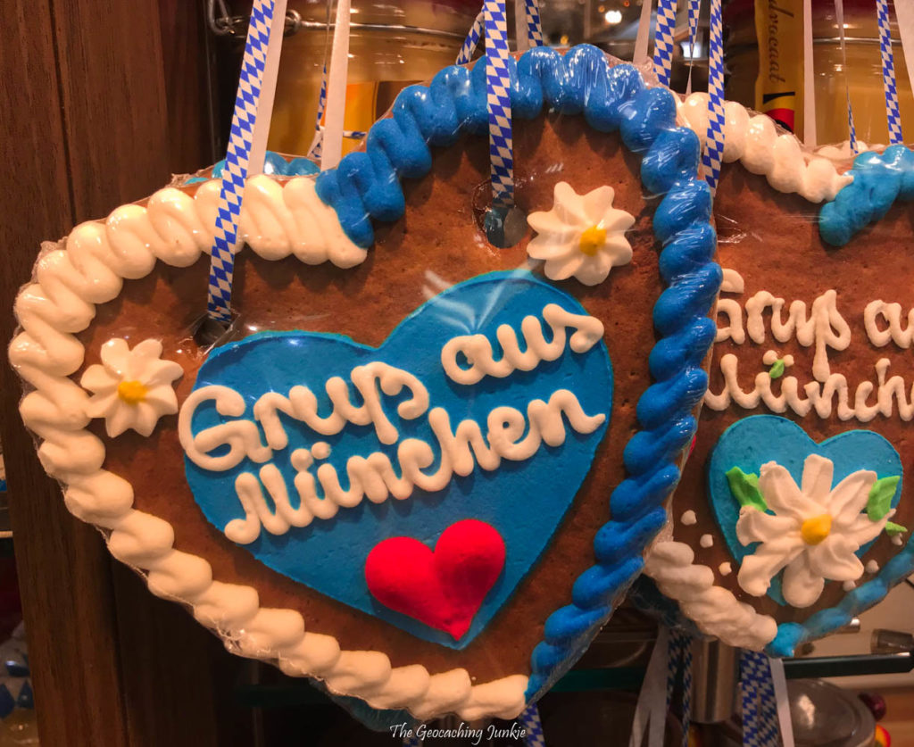 Large Lebkuchenherzen (heart-shaped gingerbread cookies) are decorated in the Bavarian colours of blue and white, with the greeting 'Gruß aus München'